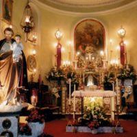 San Giuseppe Biella - Particolare del presbiterio, con l'altare maggiore e la pala, olio su legno, fine 1800.
