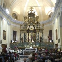 L'interno della Parrocchia di San Cassiano con il monumentale altare ligneo barocco